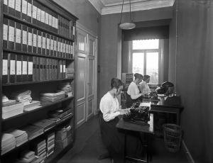 Sekreterare på Weilin & Göös år 1920.