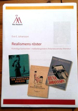 """Pärmbild till Eva E. Johanssons doktorsavhandling """"Realismens röster. Kvinnliga kontorister i mellankrigstidens finlandssvenska litteratur""""."""