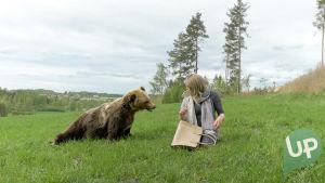 Kuvassa Karhu (Ulla Broholm) ja Tomi Karhu Tessana (Antti Väre)