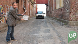 Kuvassa UP:n nettisarjan ohjaaja Juha Lankinen lyömässä klaffia.