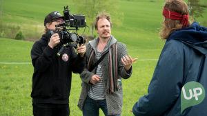 Kuvassa UP:n nettisarjan kuvaaja, ohjaaja ja Tomi Karhu (Antti Väre).