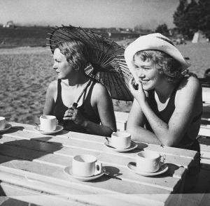 Uimapukuiset naiset Pihlajasaaren rantakahvilassa (1940-luku)