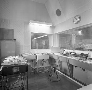 Kuunnelmayksikkö eli studio Iiro, TY6:n tehostetarkkaamo. Telefunken äänipöytä, vasemmalla 4 Telefunken M5 magnetofoneja ja oikealla 2 EMT 930 äänilevysoitinta. Tehostetarkkaamon ikkunoista näköyhteydet studioihin ja äänitarkkaamoon.