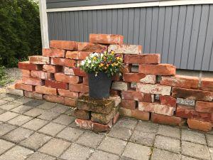 Tegelstenar som bildar en vägg.