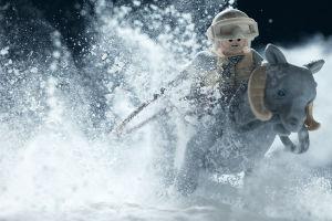 Legoukko Tauntaunin kyydissä lumimyräkässä.