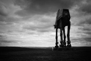 Tähtien sodan pienoismalli-kävelijä ja stormtrooper pilvisessä maisemassa