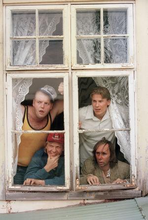 Panu Vauhkonen (Late) ja Karri Lämpsä  (Oskari), alarivissä Kari Manninen (Valtsu) ja Tom Lindholm (Piiparinen) Peräkamaripojat-sarjassa.
