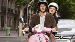 Balthazar Apfel (Pierre Niney) ja Alice Lantins (Virginie Efira) elokuvassa Väliäkö 20 vuotta