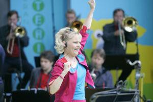 Satu Sopanenan ja UMO esiintyvät Olipa kerran orkesteri -konsertissa Tampereen Keskustorilla elokuussa 2005.