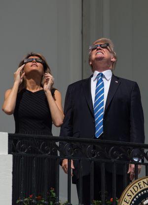 USA:s president Donald Trump och hustrun Melania Trump tittar på solförmördelsen den 21 augusti 2017.