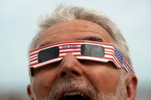 En man tittar på solförmörkelsen den 21 augusti på ön Hilton Head Island i South Carolina.