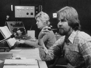 Ohjaaja Väinö Vainio studiossa piippu suullaan.
