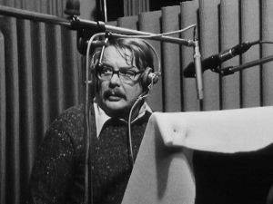 Näyttelijä Martti Tschokkinen Välskärin kertomuksia -radiokuunnelman nauhoituksissa.