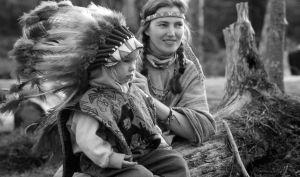 Seija ja Maria Okkonen intiaaniasuissa
