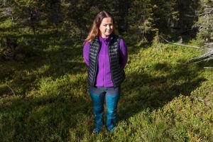 Katja Savilakso seisoo metsän keskellä.