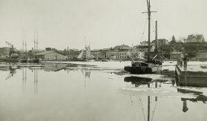 Ett svartvitt fotografi på en hamn där det står olika fartyg.