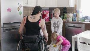 Tuhkimotarinoiden Ulla keittiössä lastensa kanssa