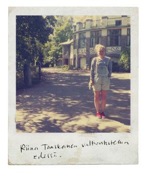 Maamme kirja 2017: Savonmaa, Riina Tanskanen valtionhotellin edessä, Imatra
