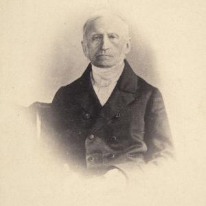 Kirjastonhoitaja Fredrik Wilhelm Pipping vanhassa valokuvassa.