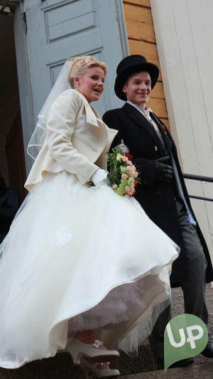 Vilman ja Janin häät. Morsiuspari kirkon ulko-ovella lähdössä.