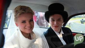 Vilman ja Janin häät. Hääpari lähdössä kirkosta. Hääauton takapenkillä.