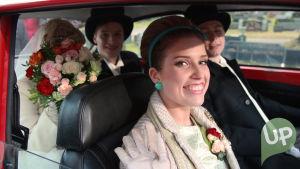 Vilman ja Janin häät. Vilma, Jani, Karri ja Krista hääautossa kirkon pihalla.