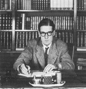 Sven Stolpe vid skrivbordet