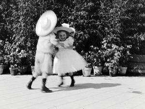 Poika ja tyttö tanssivat.