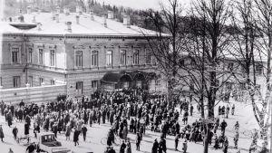 Demonstration mot Åbo stadsfullmäktige 30.5.1917 i Stadshusskvären.
