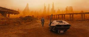Mies kävelee kohti tulevaisuuden rähjäistä suurkaupunkia.
