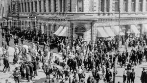 Hörnet av Auragatan och Slottsgatan under strejken 1917. I mitten ryska soldater till häst. Bredvid dem troligen strejkmiliser.