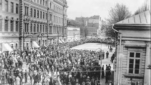 Människosamling på Auragatan under strejken 1917. Strejkmiliser har avgränsat ett område framför stadshuset, kanske för talare.