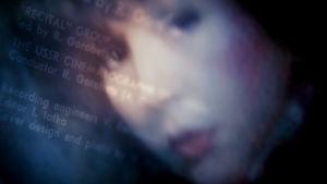 Sumea kuva naisesta ja tekstiä levynkannesta.