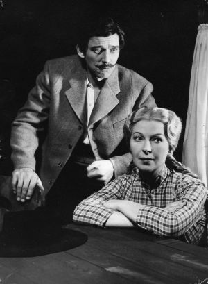 Kauko Helovirta ja Liisa Nevalainen Lahden kaupunginteatterin näytelmässä Anna-Liisa (1955-56).