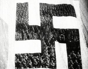 Nuoret marssivat natsilipun takana.