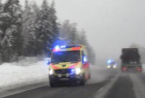 Ambulans med blåljus.