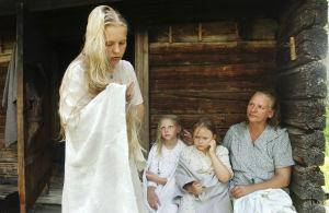 Anni Suokas (Tarja Keinänen) ja lapset Liisa (Repekka Uotila), Tuulia (Mirka Varjus) ja Tellervo (Riina Hoffrén).