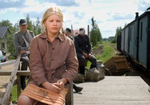 Ella (Milla Siljamäki) tv-draamassa Kirje isältä (2003).