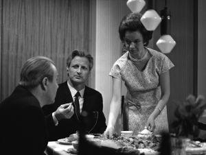 Taavi ja Sirkka Jokisen kotona (Erkki Siltola ja Minna Aro) tv-draamassa Mustat ja punaiset vuodet (1973).
