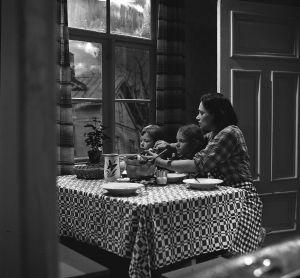 Elli Jokinen (Orvokki Mäkinen) lastensa Hilkan (Birgitta Lehmus) ja Sirkan (Minna Rosengren) tv-draamassa Mustat ja punaiset vuodet (1973).