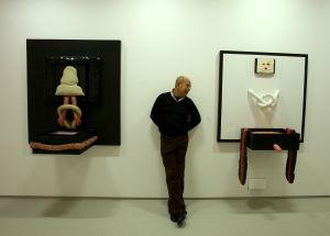 Yksi Tropicália-liikkeen perustajista, Antonio Dias, kuvattu töidensä kanssa Lontoon Barbican Arts Centressä 2006.