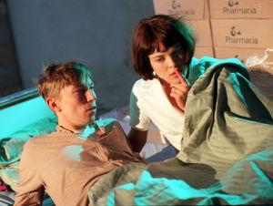 Alea (Irina Björklund) och Antti (Robert Enckell) i vägsjälar, 1998