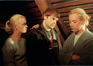 Eki (Marika Parkkomäki), Jakob (Niklas Häggblom) och Hellen Willberg i Vägsjälar, 1998