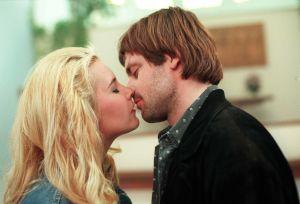 Eki (Marika Parkkomäki) och Jakob (Niklas Häggblom) kysser varandra i Vägsjälar, 1998