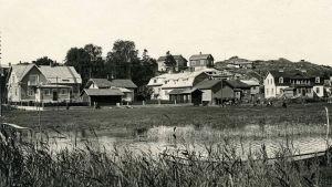 En svartvit bild över sundet i Pargas