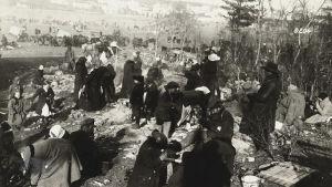 Punaisia tilapäisellä vankileirillä vuonna 1918, mahdollisesti Hennalassa.