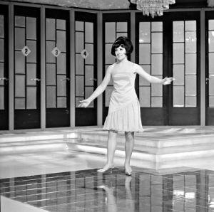 """Yleisradion televisio-ohjelma """"Kohti Luxemburgia"""" (Eurovision laulukilpailu 1966, Suomen karsinta, Euroviisut 1966). Laulaja Laila Kinnunen esittää kilpailukappaleen """"Muistojen Bulevardi""""."""