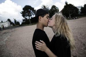 Turvapaikanhakija ja suomalaistyttö suutelevat