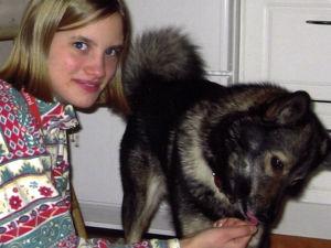 Kandit-ohjelman eläinlääkärikandi Veera nuorena tyttönä Nippe-koiransa kanssa.