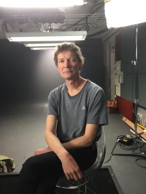 Kirjailija Juha Hurme Urheilu-Suomi-sarjan kuvauksissa